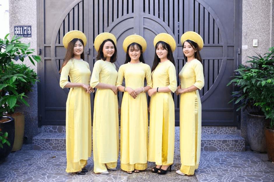 Mẫu áo dài bưng quả màu vàng sang trọng và quý phái 1