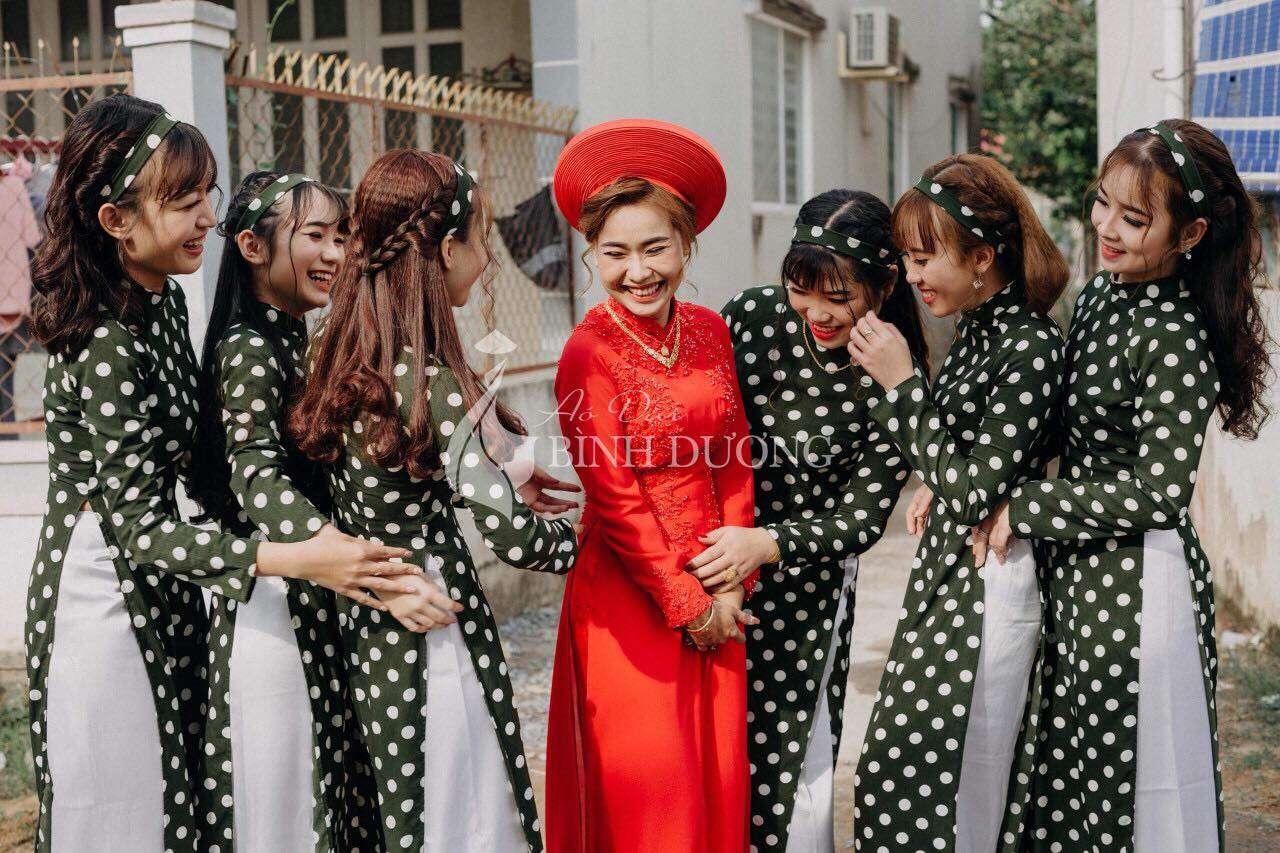 Áo dài cô ba bưng quả em chấm trắng - nét độc đáo trong lễ cưới của bạn.
